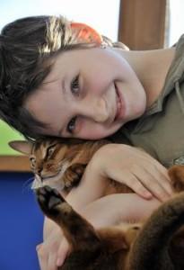 Абиссинский кот и ребенок